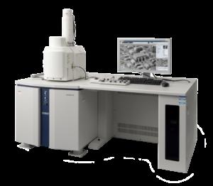 """L'innovativa sorgente di elettroni e i rivelatori offrono prestazioni di imaging e analitiche superiori.  La tecnologia """"Hex bias"""" offre un'elevata luminosità a basse tensioni di accelerazione e il rilevatore a pressione ultra-variabile è ottimizzato per la superficie di imaging a basse pressioni.  L'Hitachi SU3500 è sicuramente il cavallo di battaglia per ogni laboratorio."""