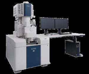 Il moderne anlaisi FE-SEM richiedono non solo alte prestazioni, ma anche una moltitudine di funzionalità tra cui osservazione ad ampio raggio, analisi in-situ, pressione variabile, imaging ad alta risoluzione a basse tensioni di accelerazione e raccolta simultanea di più segnali. L'Hitachi SU7000 è progettato per affrontare questi aspetti e molto altro offrendo informazioni avanzate per esigenze diversificate nel campo della microscopia elettronica.