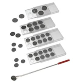 Scatole economiche per conservare dischi AFM / STM di diametri diversi in un ambiente privo di polvere. I dischi sono posti a faccia in giù in una cavità (h 3.2mm) in cui il campione è protetto. La cavità consente. I dischi AFM / STM vengono recuperati utilizzando il pratico PELCO® AFM Pickup Tool con pad magnetico sulla punta