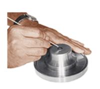 Workstation in alluminio dispone di un magnete interno regolabile per tenere saldamente in posizione un disco per campioni AFM / STM in metallo. Un vassoio lungo la circonferenza del supporto del disco centrale può essere utilizzato per raccogliere residui o tenere dischi aggiuntivi