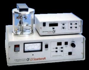 """Il carbonatore Cressington108carbon/A utilizza un nuovo metodo di evaporazione. La sorgente di evaporazione a rod con il circuito a retroazione da eccezionali caratteristiche di stabilità e riproducibilità. La sorgente di evaporazione può essere utilizzata in modalità """"impulso"""" o """"continua""""."""