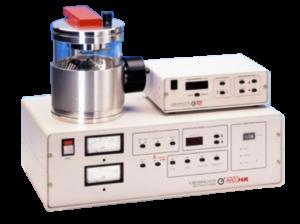 Il metallizzatore ad alta risoluzione Cressington 208HR permette una ampia scelta di materiali di deposizione. Lo strumento ha un controllo dello spessore di precisione grazie all'accessorio Thickness Monitor MTM-20. Lo stage per campioni a movimenti multipli permette spostamenti separati rotativi, planetari e inclinabili in modo da garantire una distribuzione e una deposizione ottimale. La geometria variabile della camera permette di regolare i tassi di deposizione da 1,0 nm/sec a 0,002 nm/sec per ottimizzare la velocità/risoluzione della metallizzazione. La regolazione indipendente di potenza/pressione consente il funzionamento a intervalli di pressione del gas argon compresi tra 0,2 e 0,005 mbar.