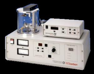 """Il carbonatore modello 208carbon è il modello più avanzato della Cressington per applicazioni per le tecniche TEM, SEM e microprobe.Il design modulare consente un rapido cambio di condizioni per le diverse applicazioni. La sorgente a """"rod"""" a tensione controllata garantisce stabilità e riproducibilità delle deposizioni. Grazie all'accessorio Thickness Monitor MTM-10 per verificare lo spessore di deposizione si possono ottenere risultati replicabili. La pompa turbo da 80 l/sec per la camera da 150 mm consente un vuoto molto rapido. Non è necessario il raffreddamento ad acqua e nessuna necessità di LN2 (gas azoto opzionale)."""