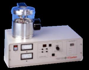 """Il design della camera è modulare per essere compatibile con una vasta gamma di accessori. Regolazione semplice e rapida delle distanze di lavoro. Un esclusivo sistema di regolazione della pressione HIGH-VAC, LOW-VAC che utilizza una valvola a spillo di precisione. Uno stage a rotazione planetaria con inclinazione regolabile che contiene una vasta gamma di porta campioni tra cui stubs da 3/4"""" per GSR. Sono disponibili accessori speciali per l'evaporazione, glow discharge e pulizia delle aperture."""