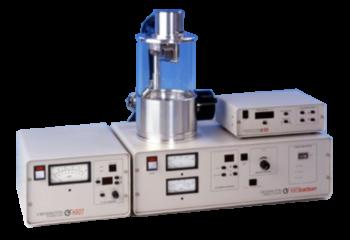 """Il Cressington 208 è progettato come un sistema modulare per adattarsi alle diverse esigenze richieste dalle moderne tecniche di preparazione dei campioni EM. Lo strumento di base può essere dotato di vari accessori per personalizzare un sistema adatto per TEM o per applicazioni SEM. La testa di evaporazione compatta e modulare viene inserita attraverso l'attacco da 90 mm nella piastra superiore del 208carbon. Utilizza filamenti o basket di tungsteno e ha un meccanismo di """"shutter"""" integrato. Il filamento di tungsteno per evaporazione è schermato dalla sorgente di """"rod"""" per ridurre al minimo la contaminazione. L'unità di glow discharge è progettata per rimuovere gli idrocarburi dalle griglie TEM. L'accessorio per la pulizia delle aperture è un'unità separata con una piastra superiore integrata. Le aperture sono tenute in una boat di molibdeno o di platino che viene riscaldata per rimuovere la contaminazione."""