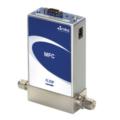 Il mass flow controller a controllo digitale GE50A è disponibile con I/O RS485, Profibus™, EtherCAT® o DeviceNet™.  L'elettronica di controllo digitale utilizza i più recenti algoritmi di controllo MKS per una risposta rapida e ripetibile al setpoint in tutta la gamma di controllo del dispositivo. I tempi di risposta tipici sono dell'ordine di 500 millisecondi. La calibrazione digitale fornisce l'1% della precisione del setpoint sul gas di calibrazione.