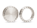 Sono disponibili quattro versioni di flange UHV: fisse, girevoli, con fori passanti (per collegare la flangia con l'uso del bullone e del dado) e fori filettati (per collegare la flangia con il solo bullone). Disponibile sia con filettatura metrica che in pollici.
