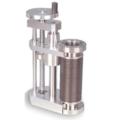 I meccanismi di spostamento lineare (LSMs) forniscono un movimento lineare ad alta precisione lungo l'asse della porta (Z). Questa unità offre un movimento fluido e preciso tramite un meccanismo a vite esterno, completo di sistemi antirotazione e antideflessione. Gli LSMs resistono a 250 °C e dispongono di opzioni aggiuntive per adattarsi al meglio all'applicazione specifica. Meccanismi di inclinazione e cambio X incorporati disponibili di serie.